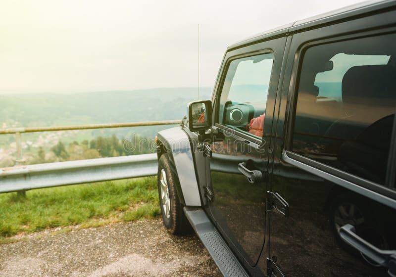 Автомобиль внедорожный на верхней части горы стоковые фото