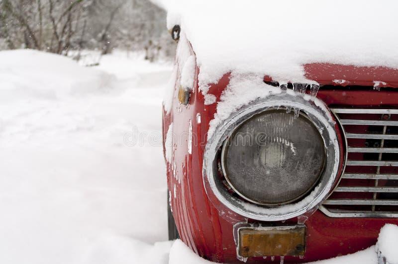 Автомобиль глубоко в снеге стоковые изображения rf