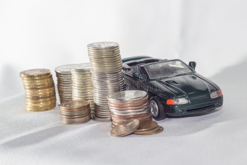 Автомобиль, деньги, белая предпосылка возможности стоковые изображения rf