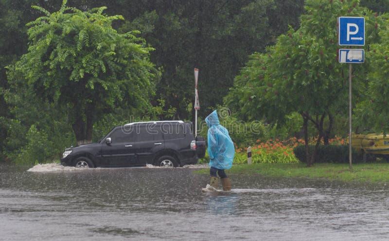 Download Автомобиль едет в проливном дожде на затопленной дороге Стоковое Фото - изображение: 59184069