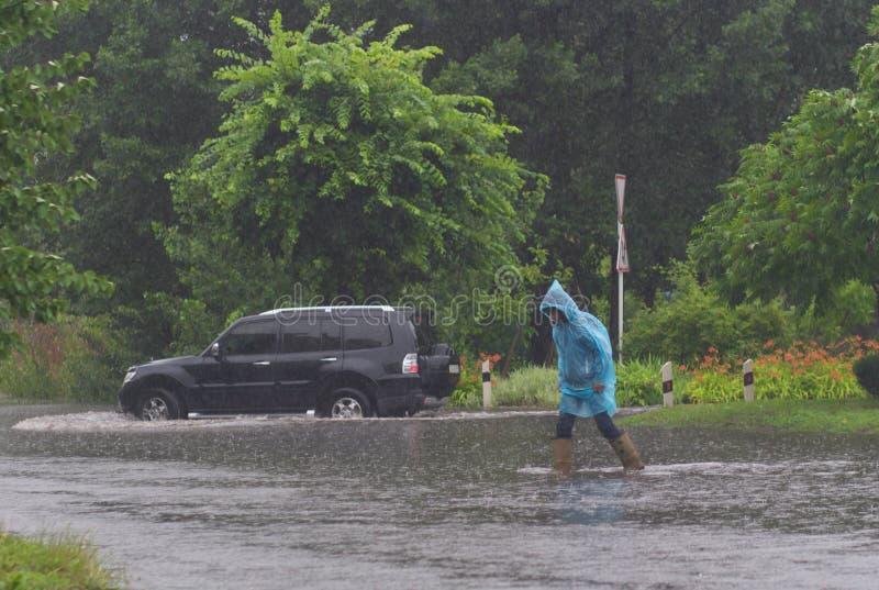 Download Автомобиль едет в проливном дожде на затопленной дороге Редакционное Стоковое Изображение - изображение: 59184224