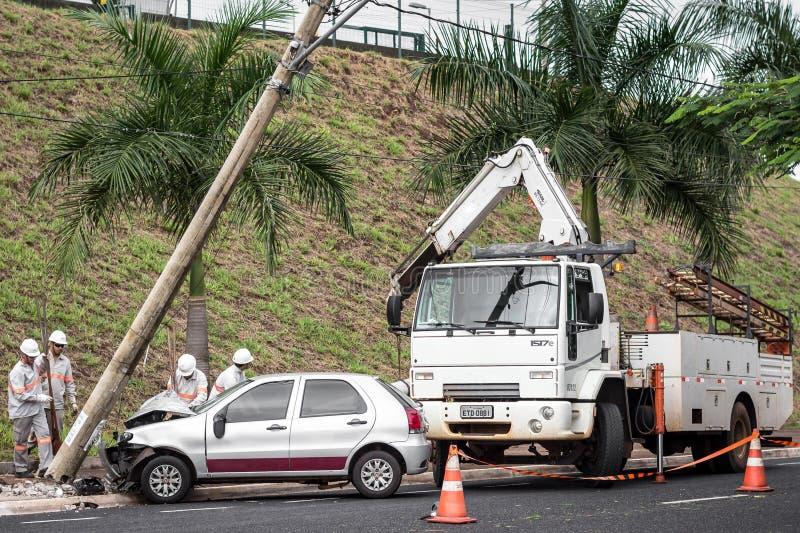 Автомобиль и опора линии электропередач стоковое изображение
