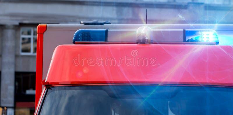 Автомобиль машины скорой помощи с проблескивая предупредительными световыми сигналами стоковое изображение