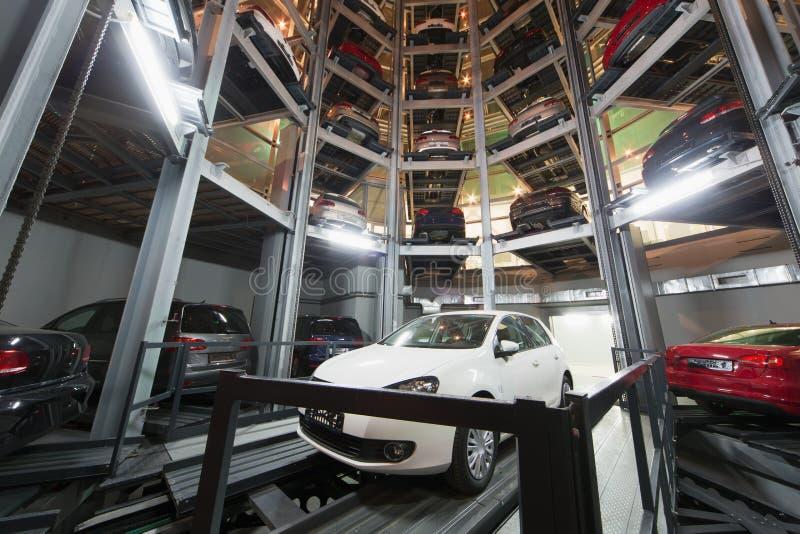Автомобиль на месте для стоянки с автоматизированной системой автостоянки автомобиля стоковая фотография rf