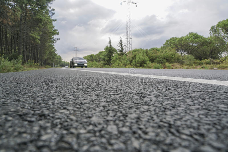 Автомобиль на дороге асфальта стоковые фотографии rf