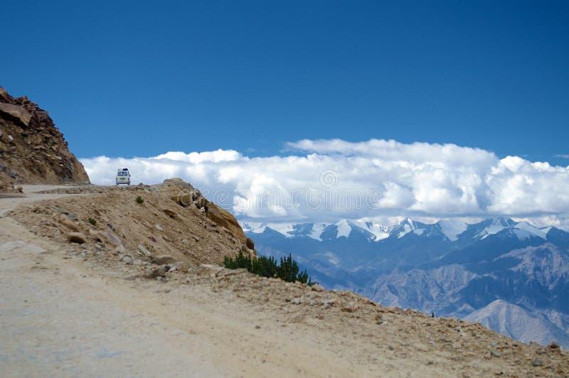 Автомобиль на дороге большой возвышенности пропуска Ла Khardung Гималаев стоковые изображения rf