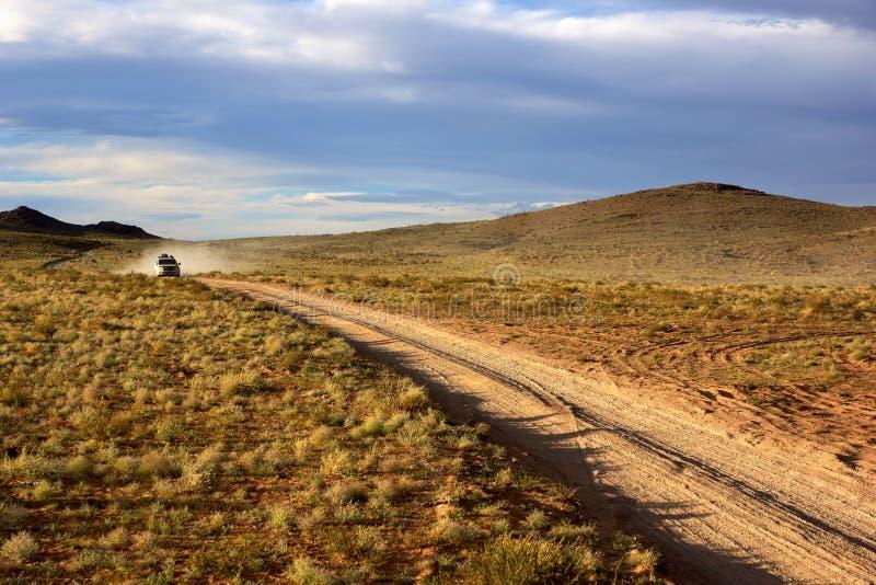 Автомобиль на дороге в Монголии стоковые фото
