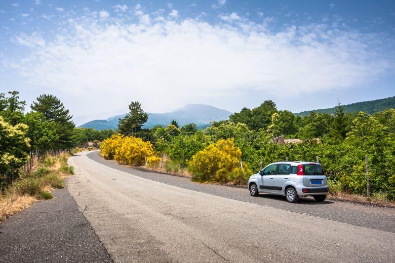 Автомобиль на дороге к Этна, с вулканом в предпосылке, Сицилия стоковое изображение