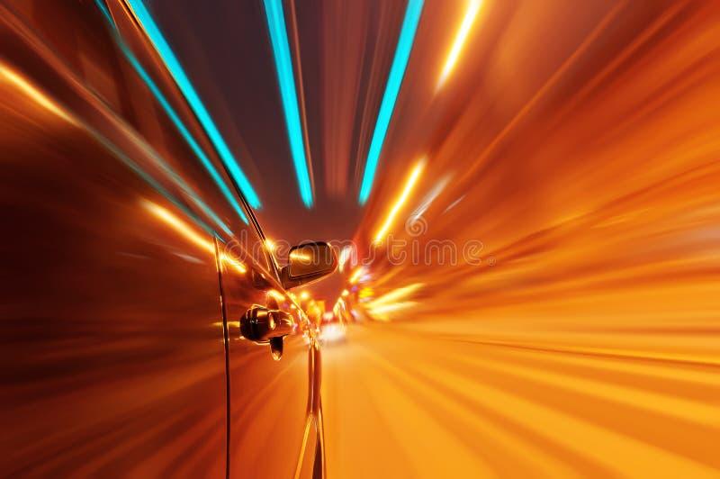 Автомобиль на дороге с предпосылкой нерезкости движения в ноче стоковые изображения