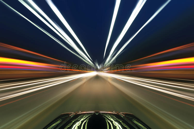 Автомобиль на дороге с предпосылкой нерезкости движения стоковые изображения