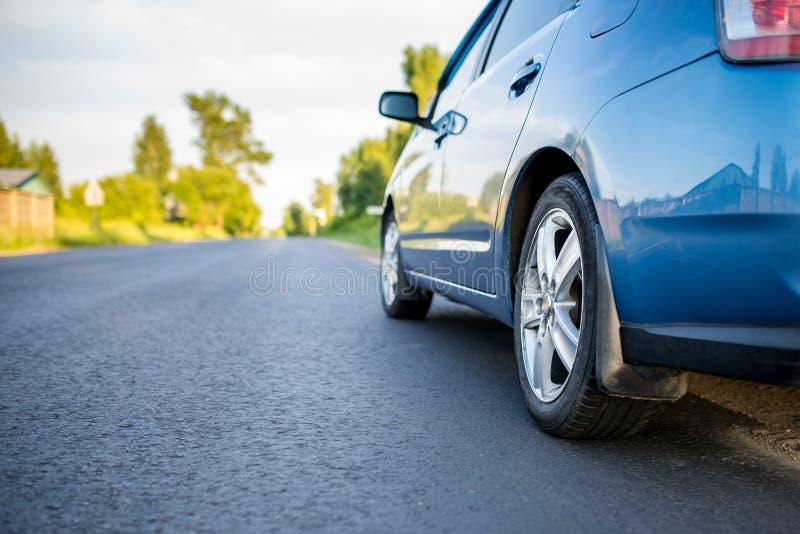 Автомобиль на проселочной дороге стоковое изображение