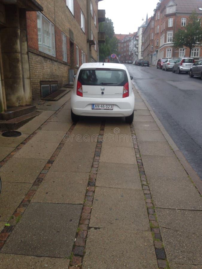 Автомобиль на тротуаре стоковое фото rf