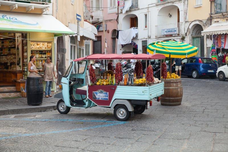 Автомобиль обезьяны рекламы Limoncello, Ischia стоковое изображение rf