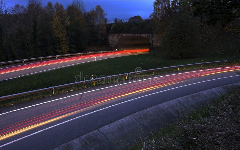 автомобиль освещает тропки стоковые изображения