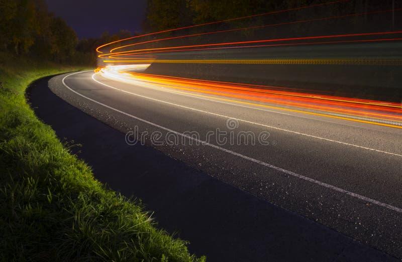 автомобиль освещает тропки стоковое изображение
