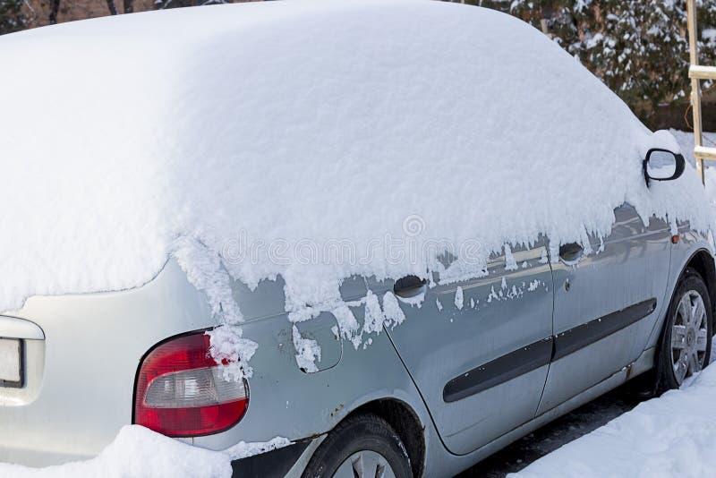 Автомобиль под белым снегом стоковые изображения