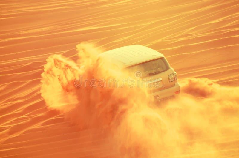 Автомобиль привода 4 колес в действии в отключении сафари пустыни в Дубай-ОАЭ 21-ого июля 2017 стоковое фото rf