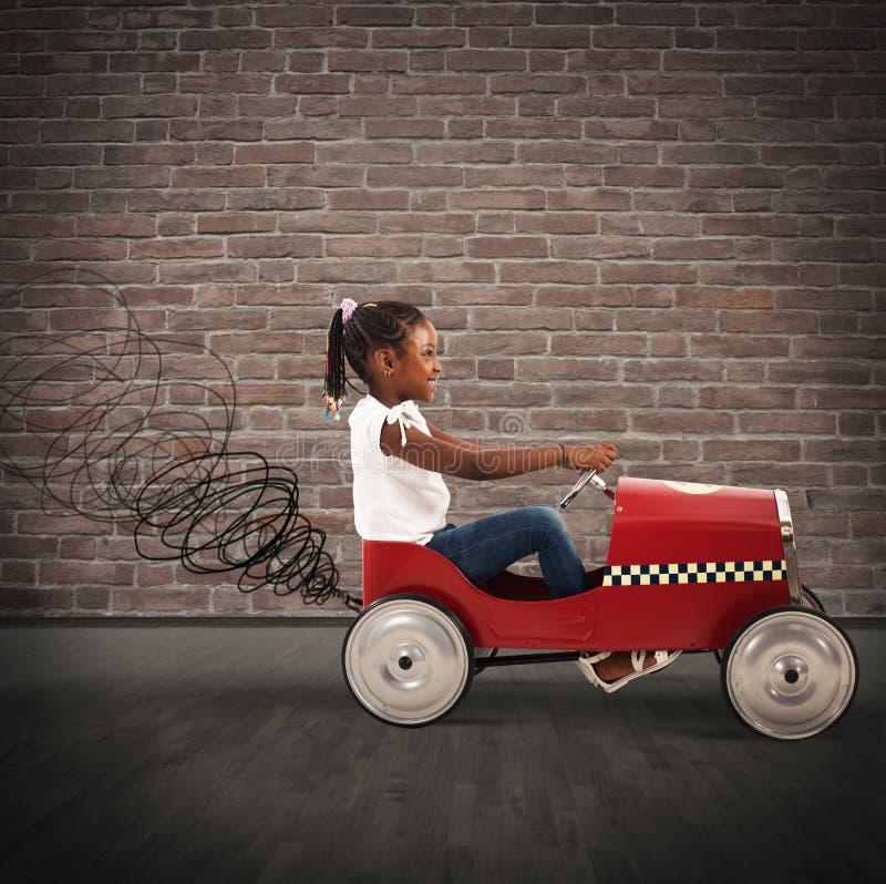 Автомобиль привода маленькой девочки стоковое изображение rf