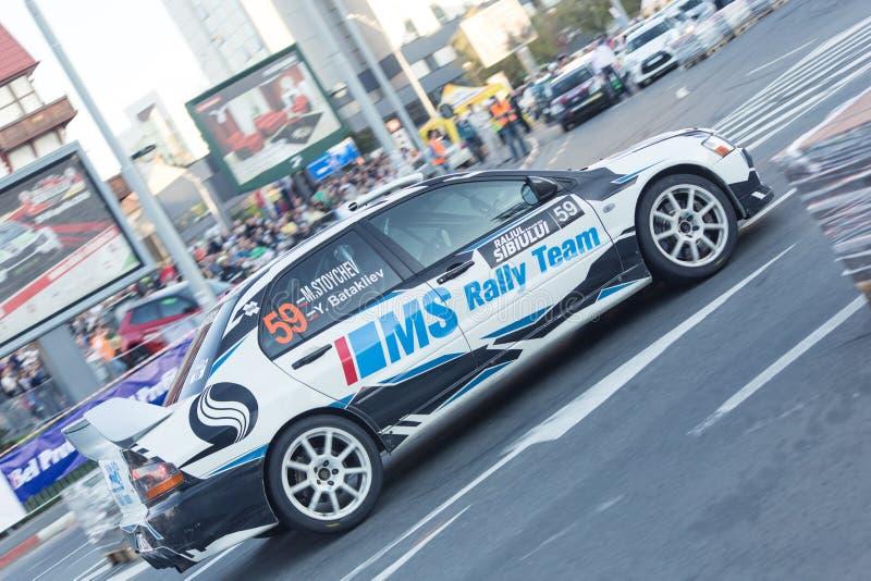 Автомобиль ралли во время городской гонки стоковое фото