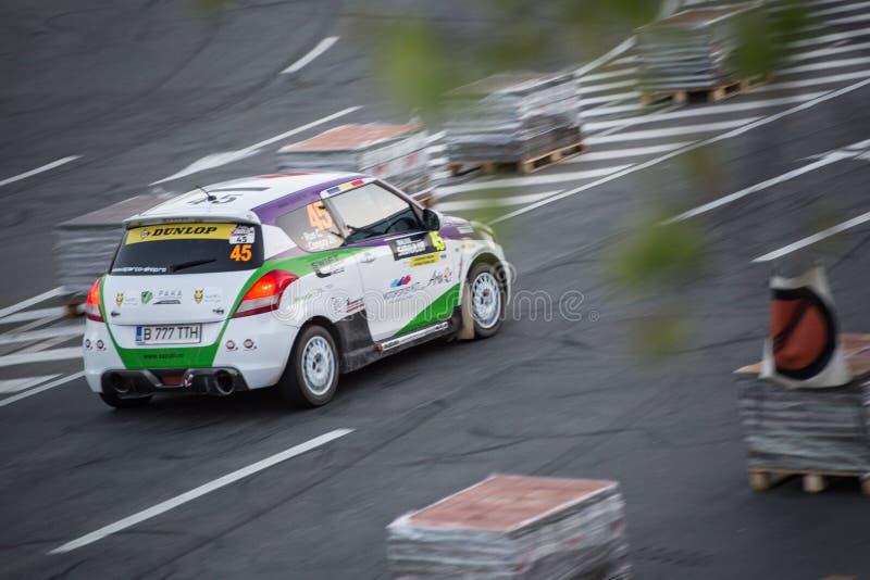 Автомобиль ралли во время городской гонки стоковая фотография rf