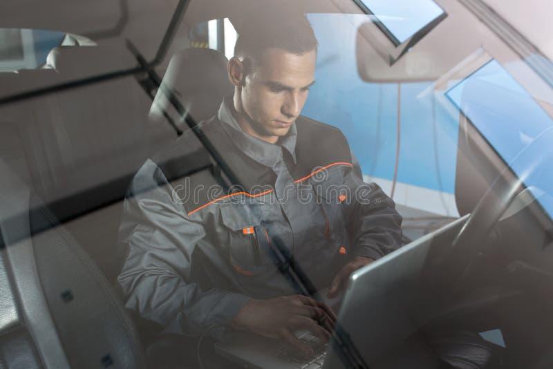 Автомобиль ремонтника рассматривая стоковая фотография rf