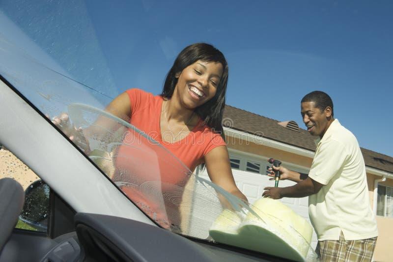 Автомобиль счастливых пар моя стоковое изображение rf