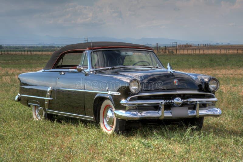 Автомобиль с откидным верхом 1953 Форда Sunliner стоковое изображение