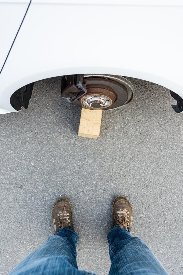 Автомобиль с украденными колесами стоковые фотографии rf