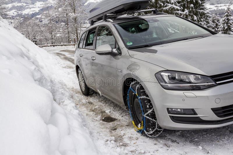 Автомобиль с цепями снега на замороженной улице стоковые изображения