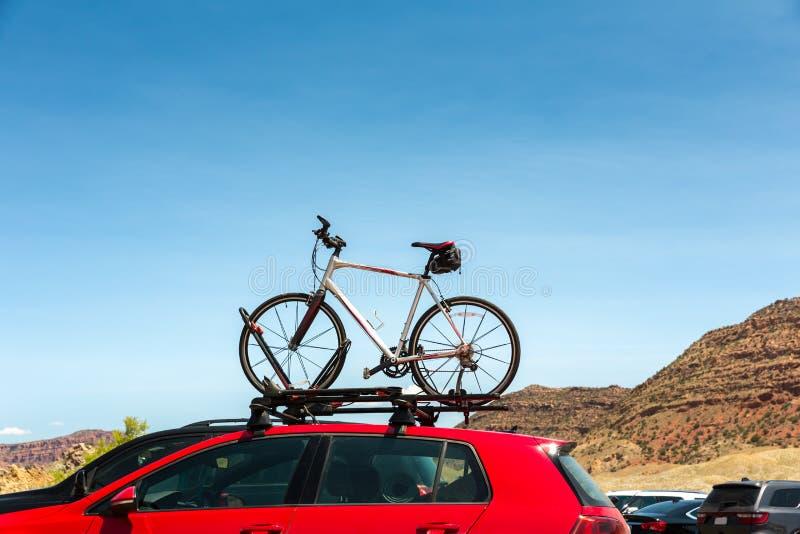 Автомобиль транспортирует велосипед на крыше стоковые фотографии rf