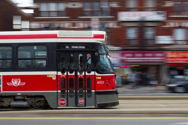 Автомобиль улицы Торонто двигая на скорость стоковая фотография