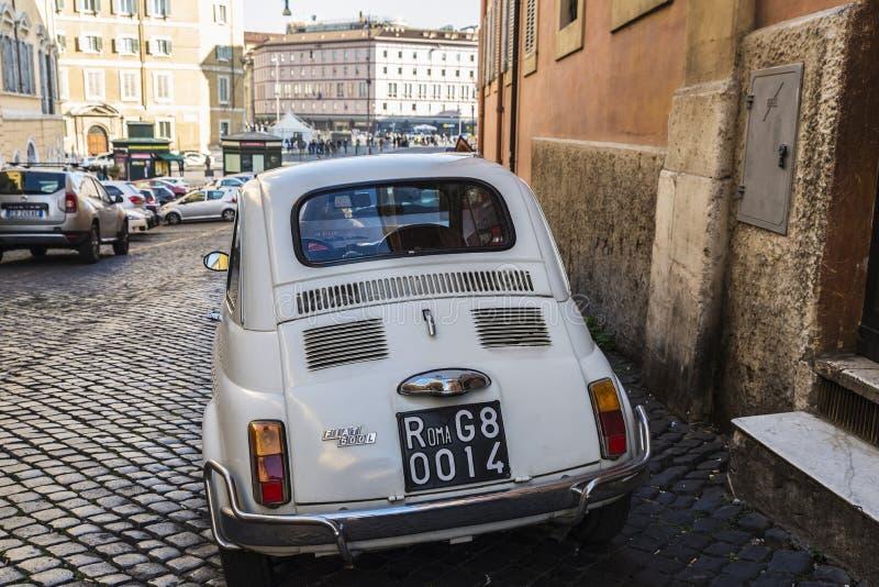 Автомобиль Фиат 500 припарковал в Риме, Италии стоковое изображение rf
