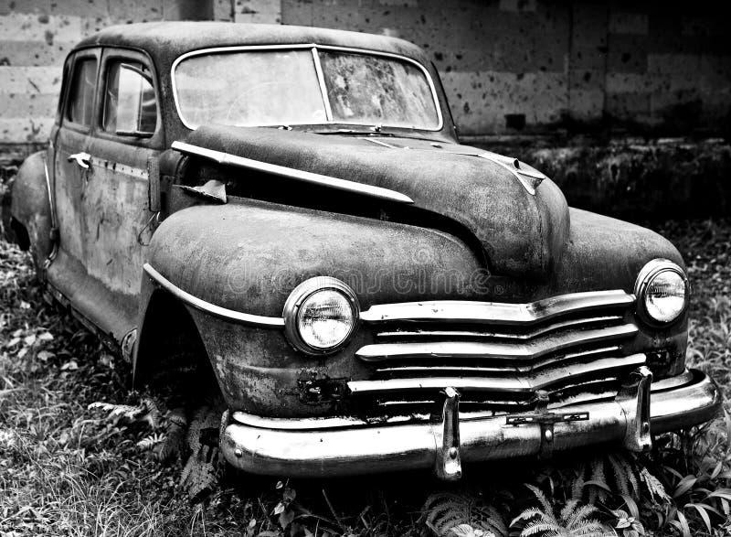 Автомобиль Grunge и высоты ржавый старый Черн-белое фото стоковая фотография