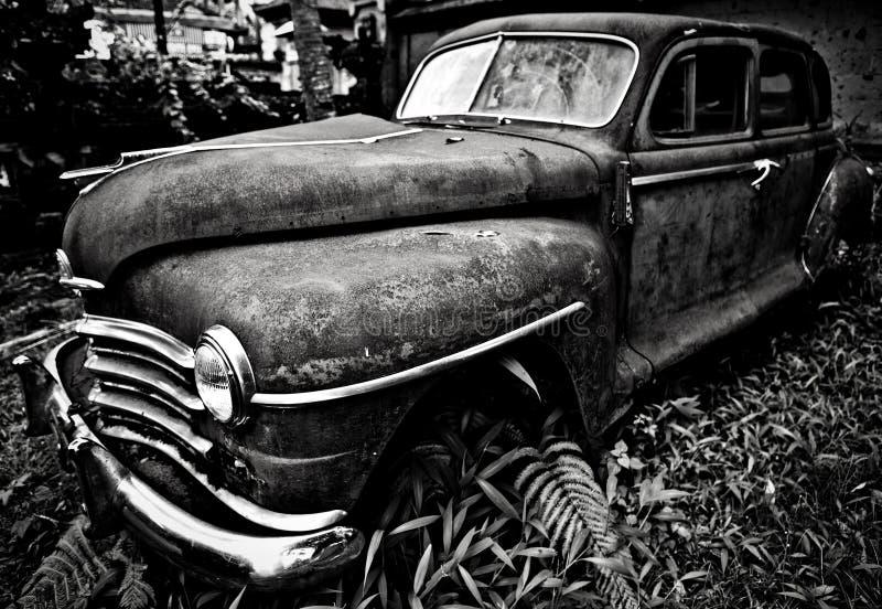 Автомобиль Grunge и высоты ржавый старый Черн-белое фото стоковое фото