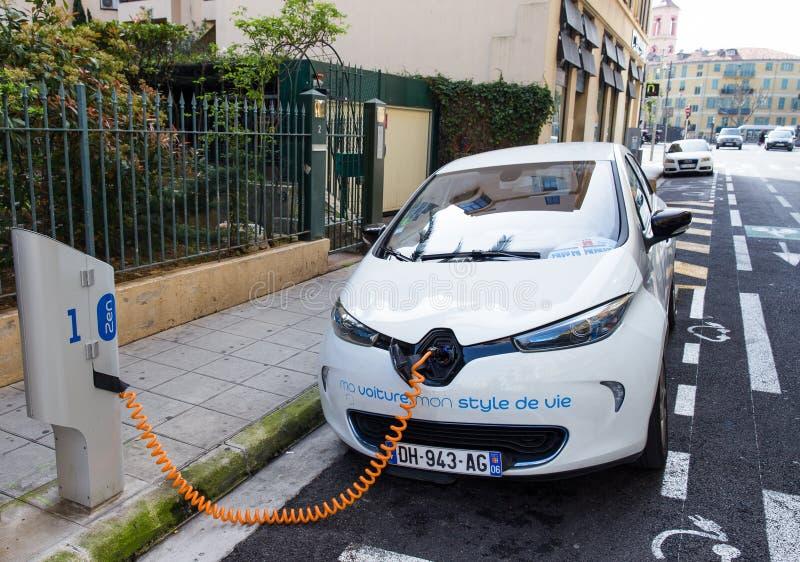 Автомобиль Renault Zoe электрический соединился к зарядной станции стоковые изображения rf
