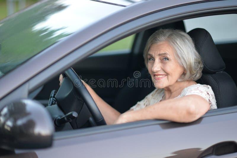 автомобиля управлять старшая женщина стоковое изображение