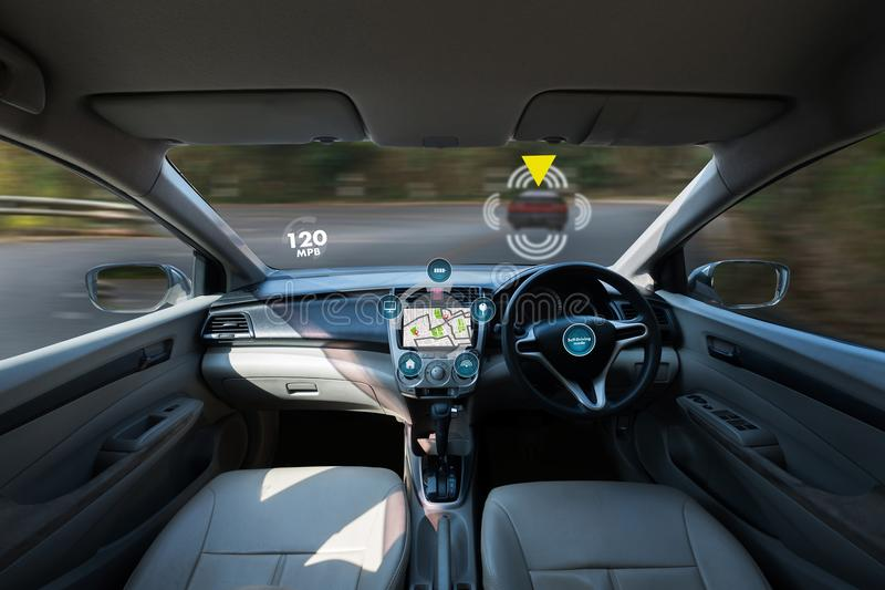 автономный управляя автомобиль и цифровая технология спидометра отображают стоковое фото