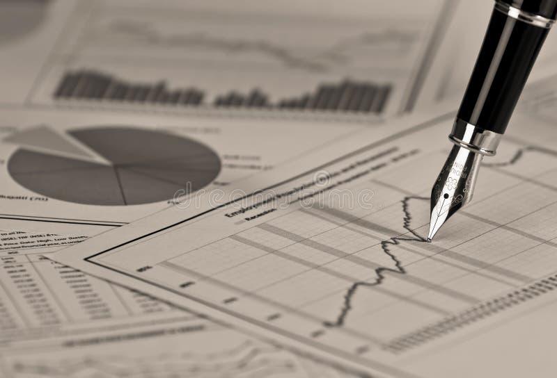 Авторучка на графике состояния запасов. стоковые изображения rf