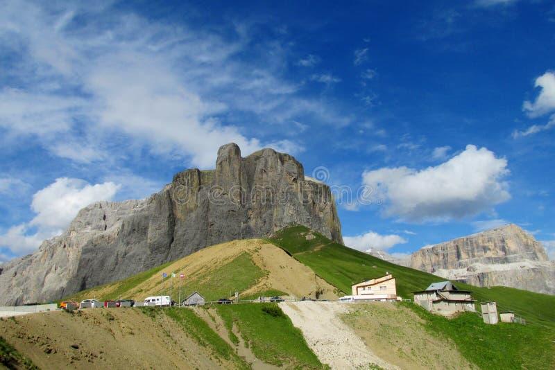 Автостоянка автомобиля в горах приближает к refugio, ресторану в Альпах стоковые изображения rf