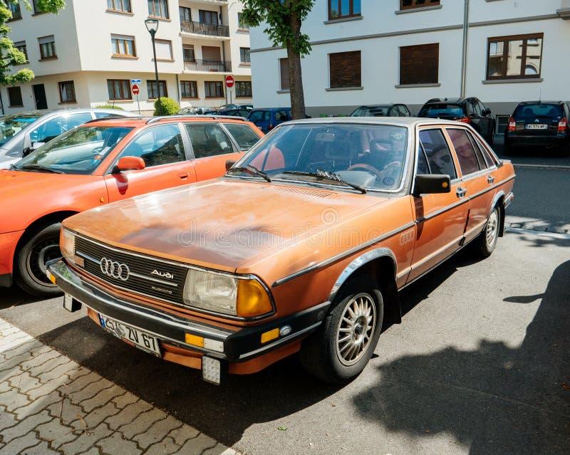 Автостоянка автомобиля исполнительной власти Audi 100 винтажная на улице стоковая фотография rf