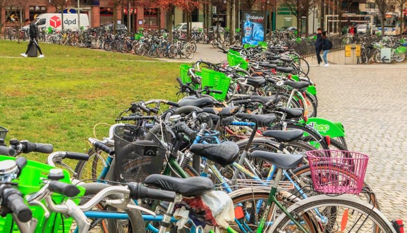 Автостоянка велосипеда перед вокзалом стоковое фото