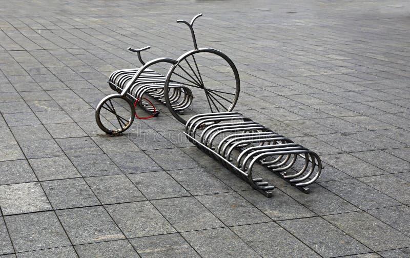 Download Автостоянка велосипеда в квадрате Стоковое Фото - изображение насчитывающей конструкция, глянцевато: 40581396
