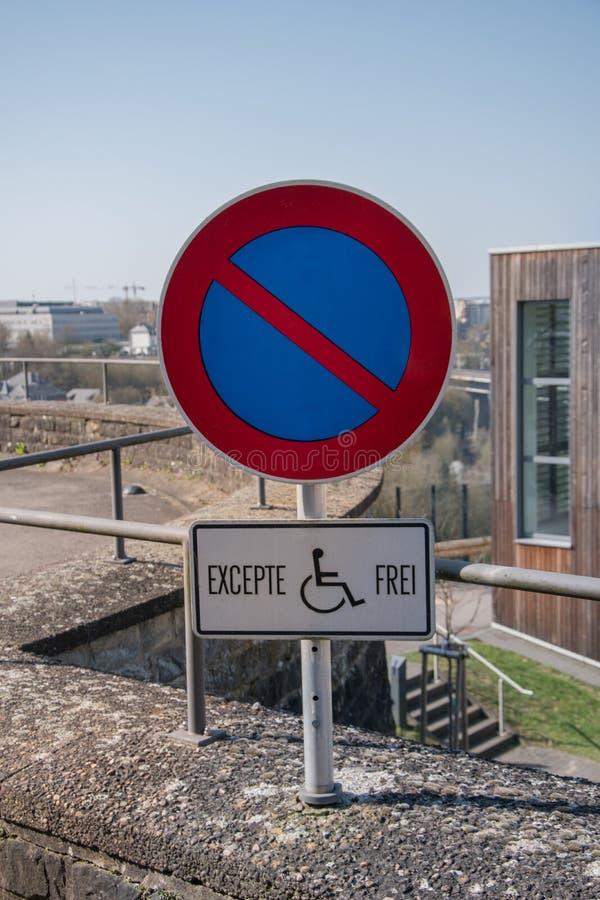 Автостоянка для людей с инвалидностью Неработающее место для парковки стоковое фото rf