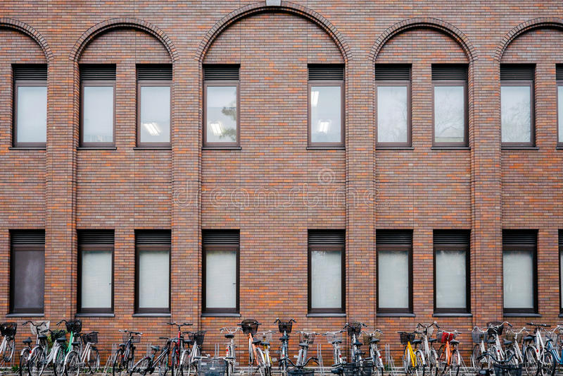 Автостоянка и здание велосипеда стоковая фотография rf