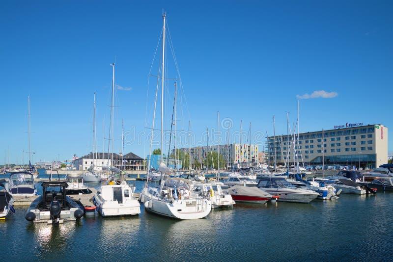 Автостоянка малых сосудов размера в гавани на гостинице Европе Район морского порта Таллина стоковое изображение rf