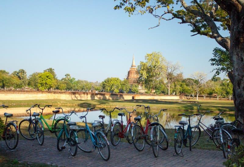 Автостоянка bicycles в историческом парке Sukhothai Таиланда стоковые фото