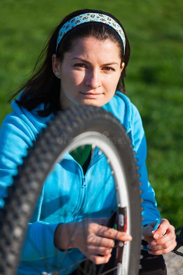 Автошина молодой женщины и велосипеда стоковая фотография