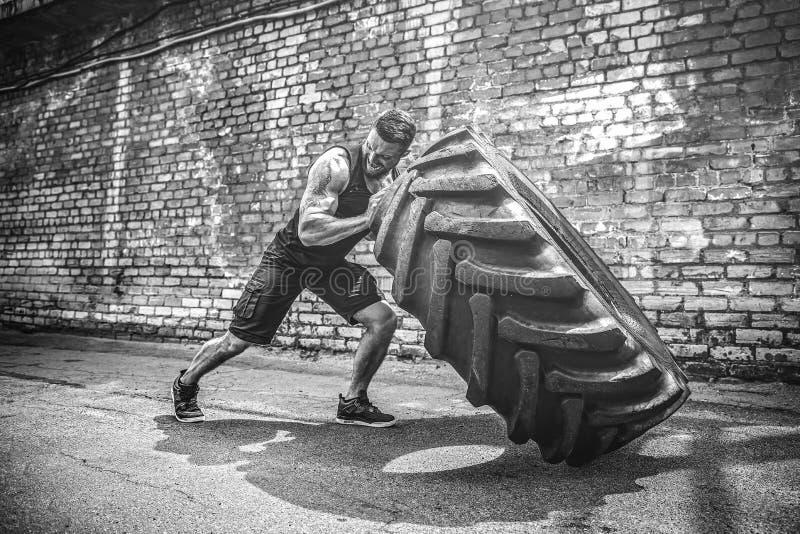 Автошина мышечного человека фитнеса без рубашки moving большая стоковое изображение rf