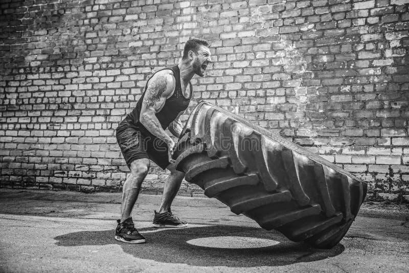 Автошина мышечного человека фитнеса без рубашки moving большая стоковые изображения rf