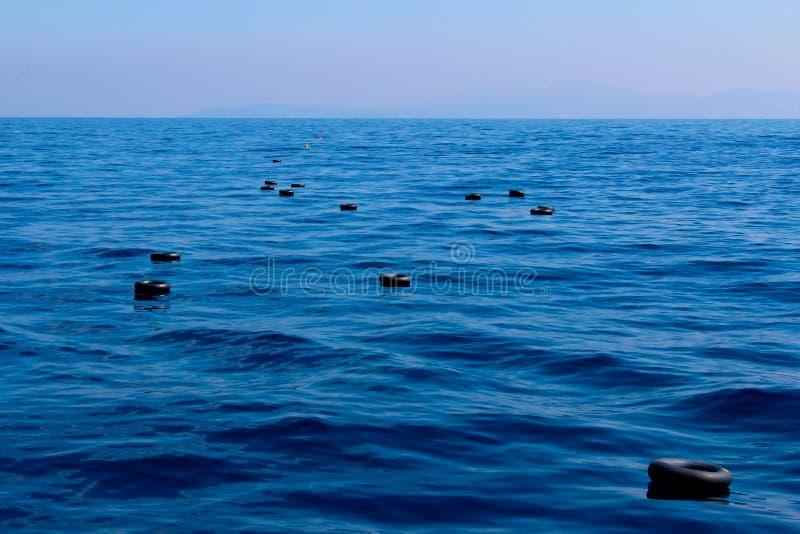 Автошины автомобиля в море стоковое фото rf
